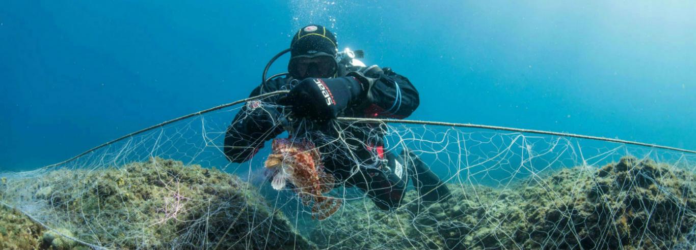 Healthy Seas duikt achtergelaten visnetten op, zodat wij hier ecologische sokken van kunnen maken.